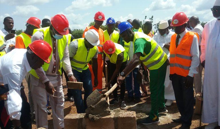 Un grand pas franchi dans la mise en œuvre du projet SOFATO : la pose de la première pierre pour la construction de l'usine de transformation de tomate.